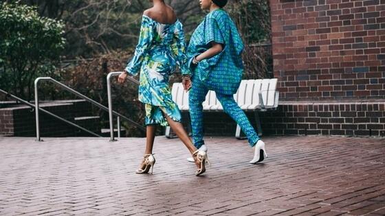 Femmes qui marchent devant un showroom pendant la fashion week