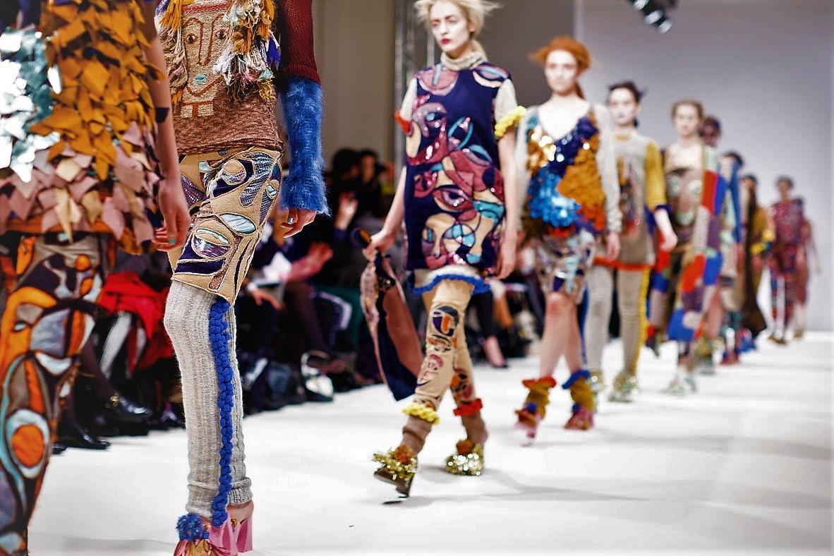Défilé de mode dans un un showroom à Paris